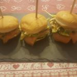 Mini-hamburger con salmone affumicato e maionese